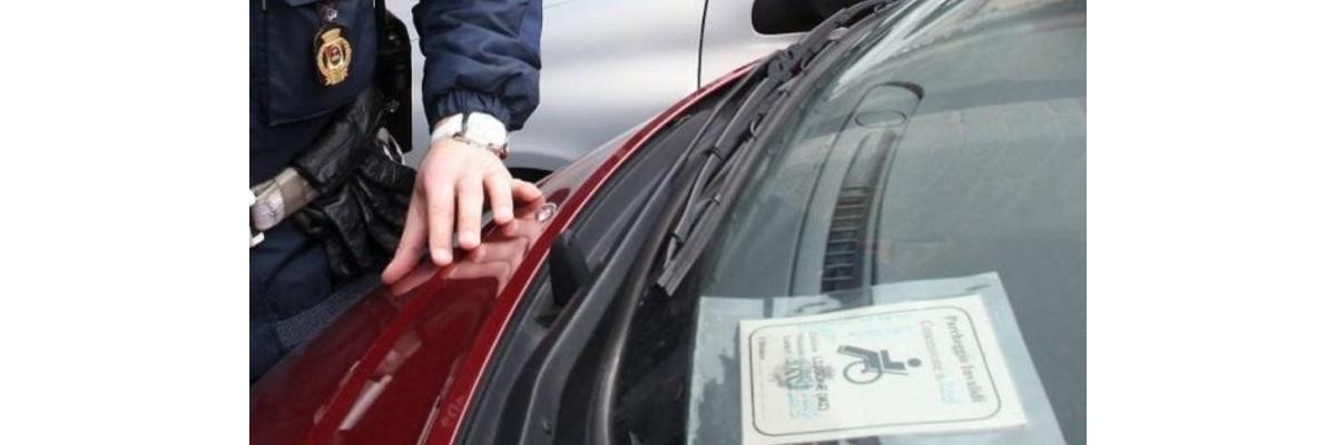 Parcheggio in doppia fila: multa anche con contrassegno per invalidi