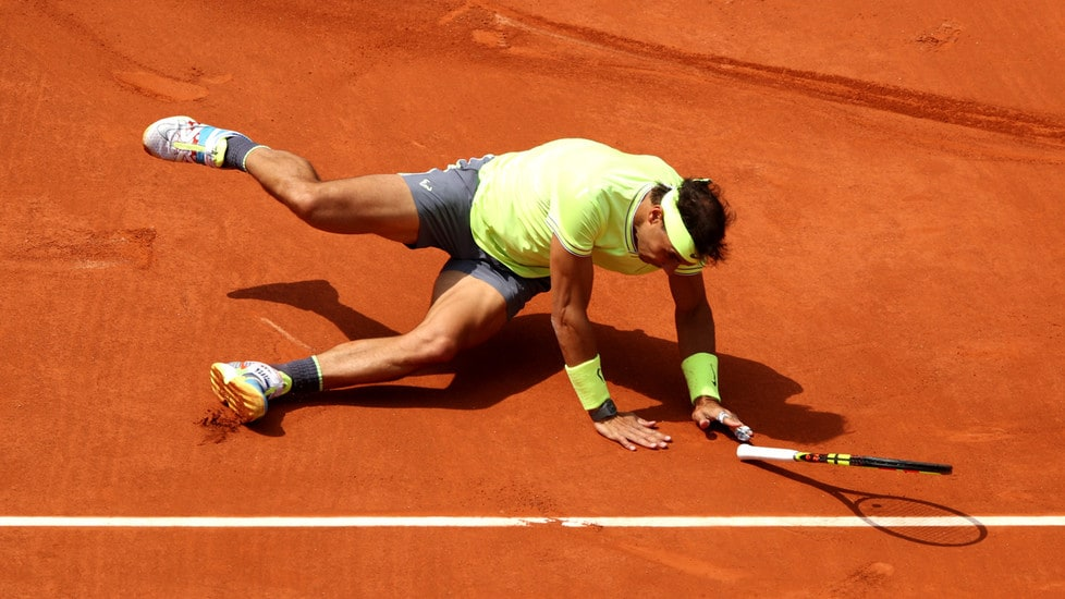Cade nel circolo tennis